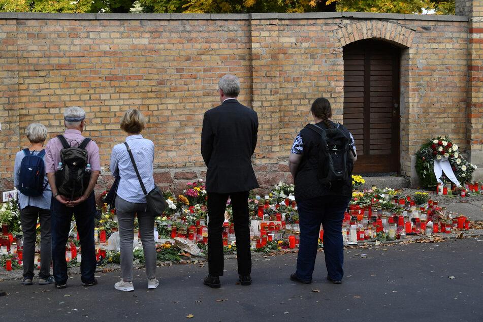 Trauernde vor der Synagoge in Halle, die der Neo-Nazi Stephan Balliet im Oktober 2019 versucht hatte zu stürmen. Der U-Ausschuss zum Anschlag von Halle hat am Freitag sein Ergebnis vorgelegt.