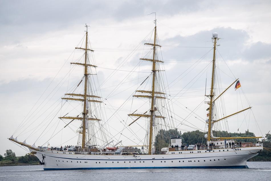 """Die """"Gorch Fock"""" fährt aus dem Hafen. Vor der Rückgabe an die Marine hat das Segelschulschiff eine zweite Probefahrt absolviert."""
