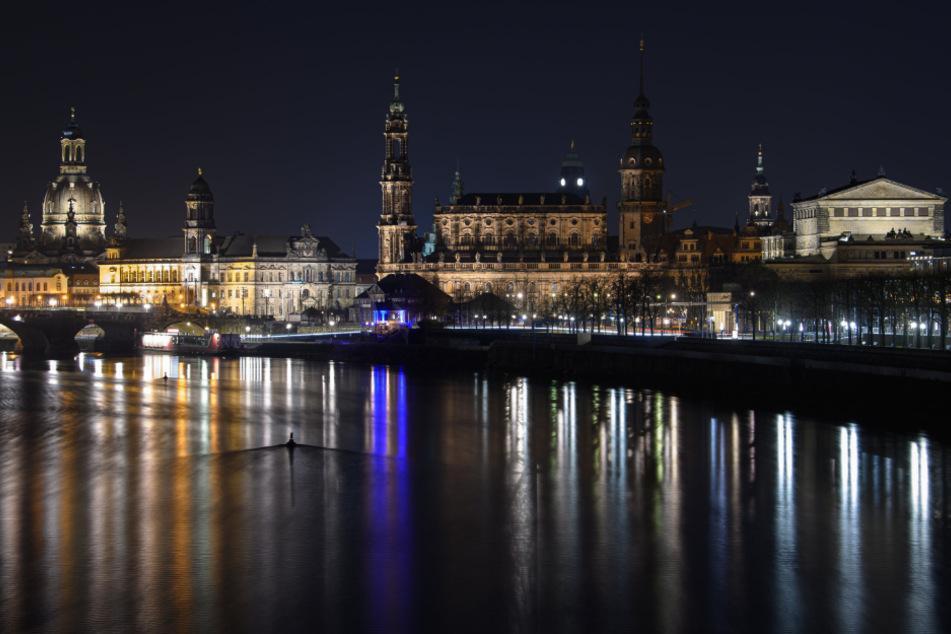 Der Himmel über Dresden soll auch in der Silvesternacht dunkel bleiben.