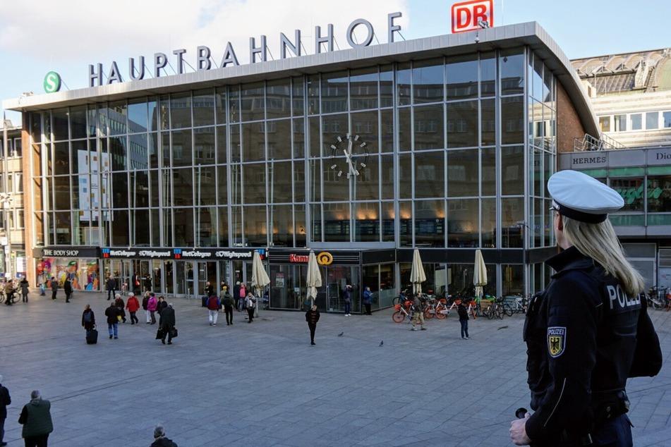 Kölner Hauptbahnhof: Maskenverweigerer flippt aus und attackiert Polizisten