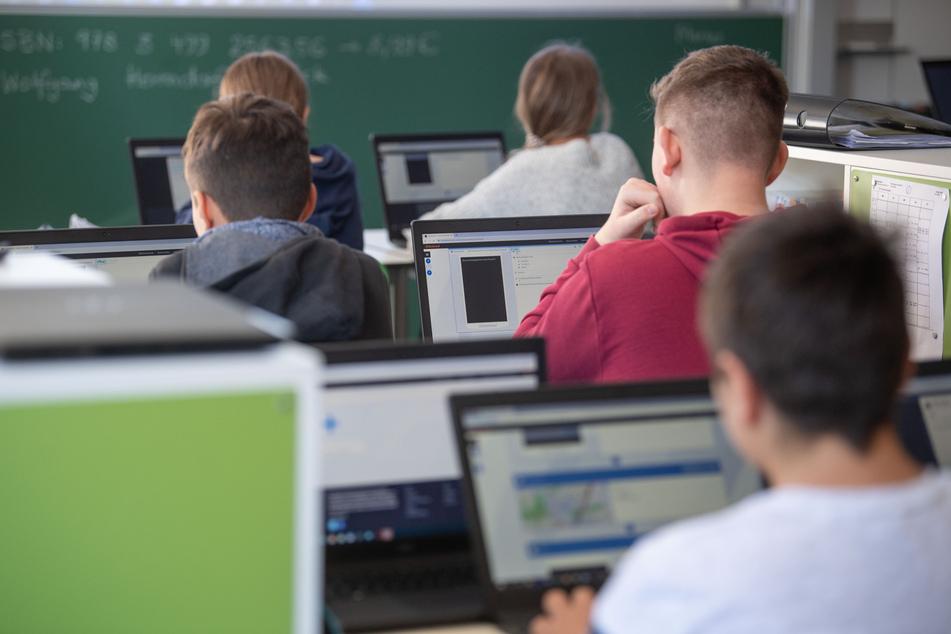 Insgesamt haben die knapp elf Millionen Schülerinnen und Schüler in Deutschland laut des Lehrerverbands seit Beginn der Corona-Pandemie auf rund die Hälfte der Schulstunden im Präsenzunterricht verzichten müssen.