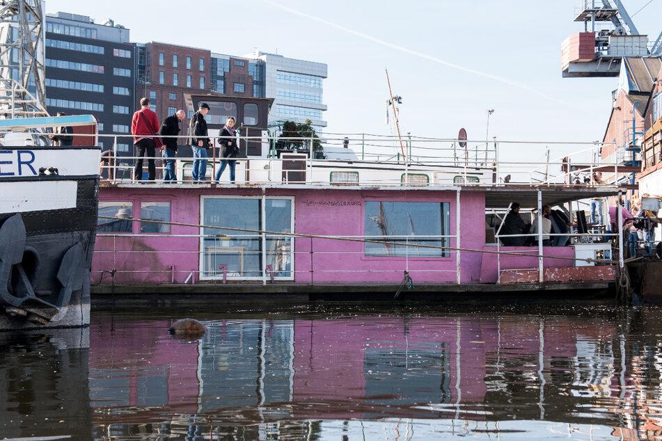 Das Hausboot liegt vor dem Umbau in Harburg im Hafen. (Archivbild)