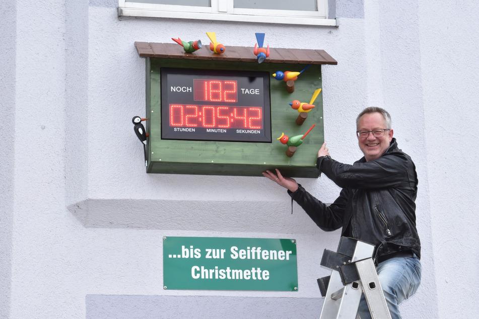 Initiator Tino Günther (57) am neuen Weihnachts-Countdown in Seiffen.