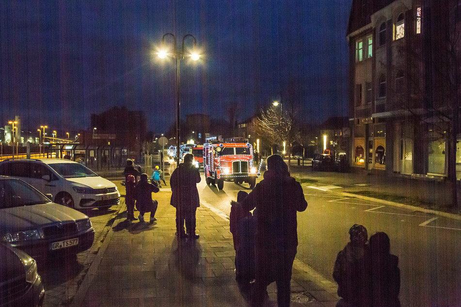 Mit Abstand warteten Eltern und Kinder auf die festlichen Feuerwehr-Oldtimer.