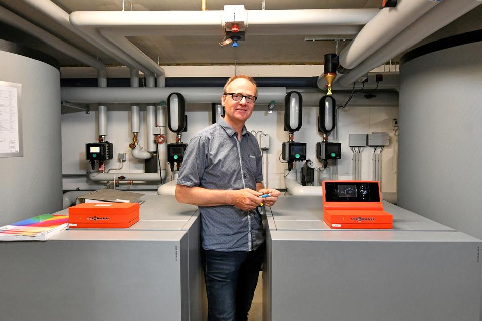 Projektleiter Karsten Ruckau (58) im Technikraum, dem Herzen des Hauses.