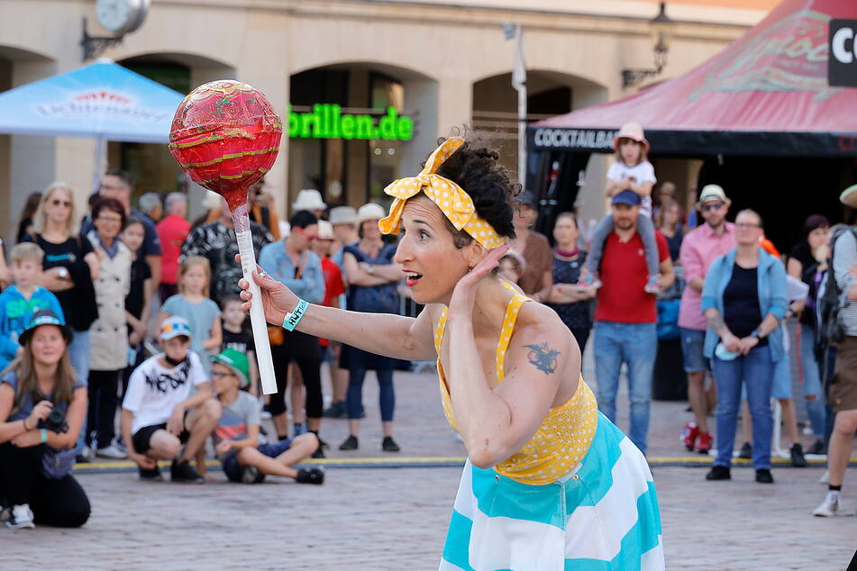 """Spaß mit """"Holiday On Delay"""" am Markt: Mehr als 100 Straßenkünstler verzaubern Chemnitz bis Sonntag beim Hutfestival."""