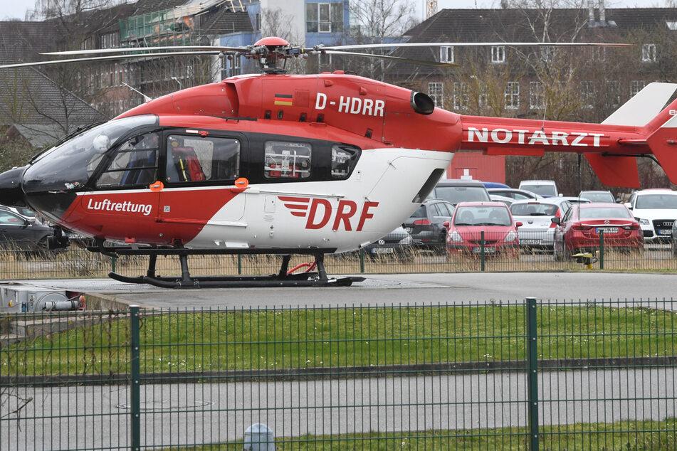 Mit dem Rettungshubschrauber wurde der 20-Jährige ins Krankenhaus gebracht. (Symbolbild)
