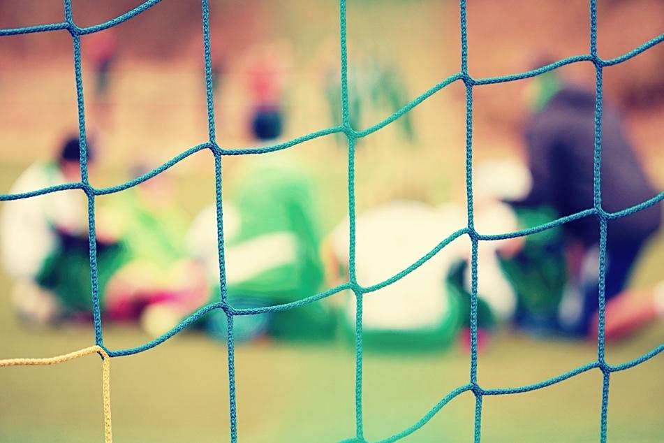 Kreisliga-Spiel eskaliert: Massenschlägerei auf Fußballplatz, Torwart bewusstlos!