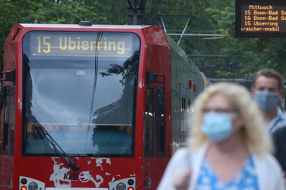 Fahrgäste der KVB mit Masken in Köln. (Symbolbild)