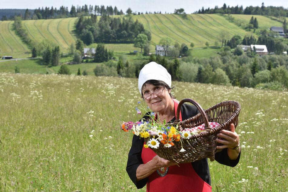"""Sabine Nowraty (75) alias """"Semmelmilda"""" bietet Kräuterwanderungen an, die aber wegen Corona ausfallen müssen."""