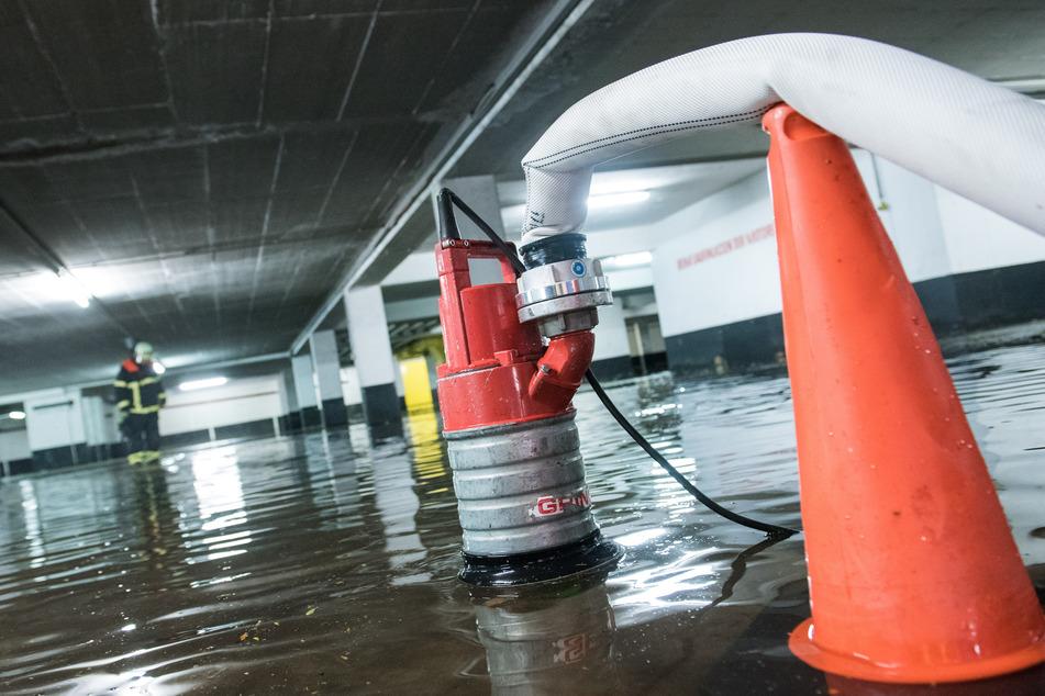 170 Notrufe pro Stunde! Starkregen sorgt für Dutzende Feuerwehreinsätze