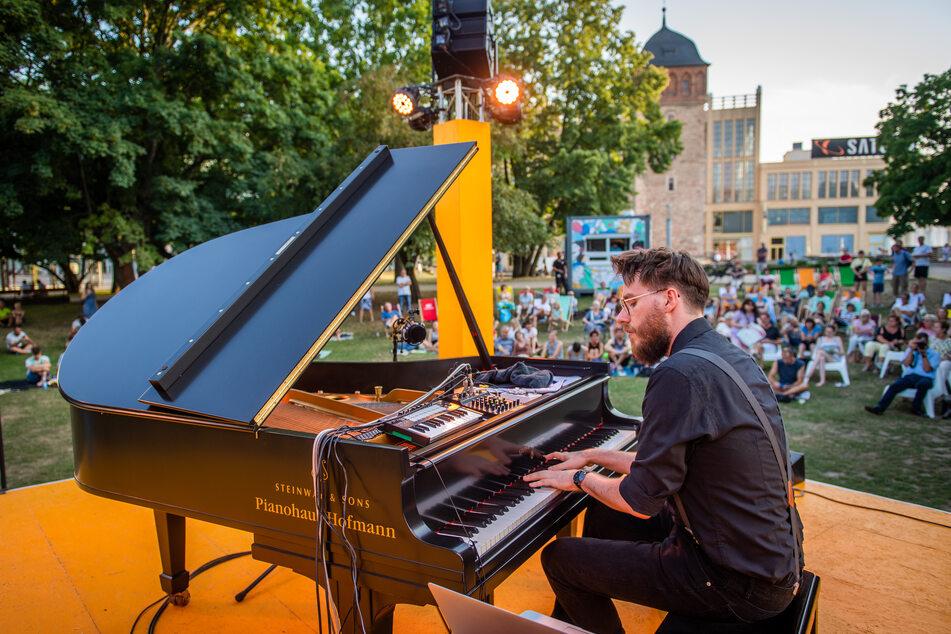 """2019 spielte der Dresdner Pianist Clemens Pötzsch (25) beim Chemnitzer Parksommer. Die Stadt will für den """"Cultursommer"""" 2021 auch regionalen Künstlern wieder die Möglichkeit geben, auf einer Bühne zu stehen."""