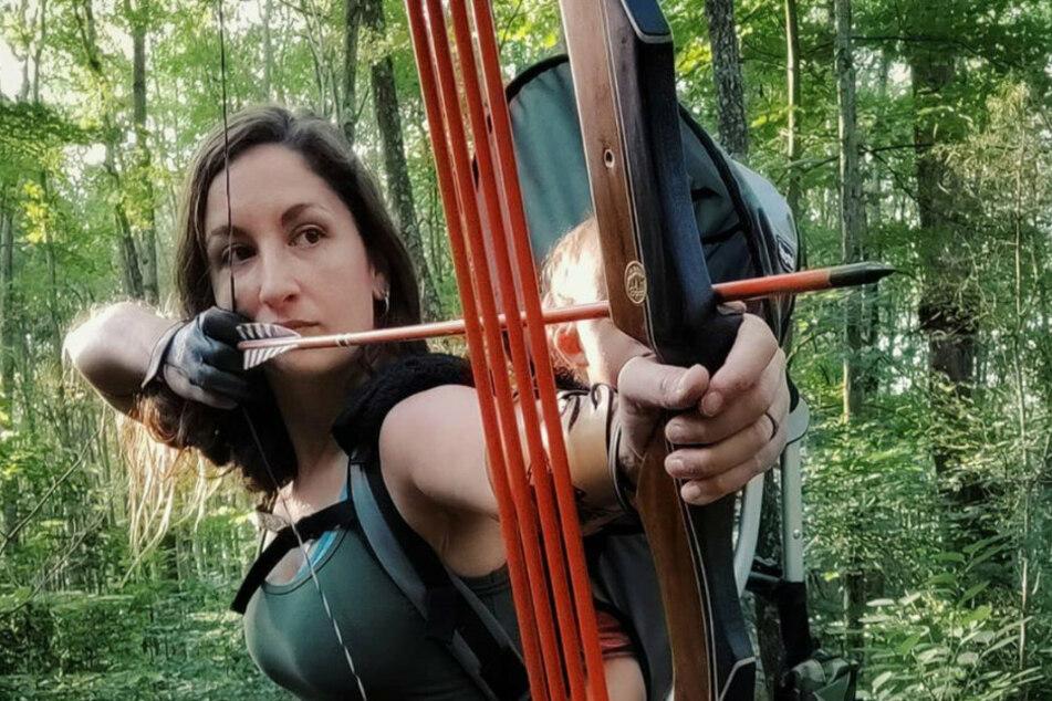 Und Schuss! Isabella wird während der Jagd auf dem Rücken ihrer Mutter getragen.