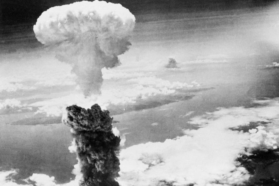 August 1945: Eine riesige Rauchsäule steht über Nagasaki, nachdem die zweite jemals im Krieg eingesetzte Atombombe über der japanischen Hafenstadt explodiert ist.