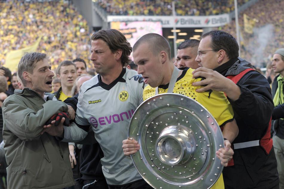 2011 holte Kevin Großkreutz (gelbes Trikot) gemeinsam mit seinen Team-Kollegen rund um Keeper Roman Weidenfeller (40, Li.) die Meisterschale nach neun Jahren wieder nach Dortmund.