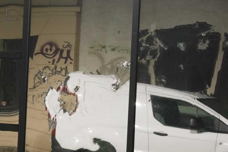 Die Fassade der Polizeiaußenstelle Wiedebach-Passage ist durch Randalierer beschädigt worden.