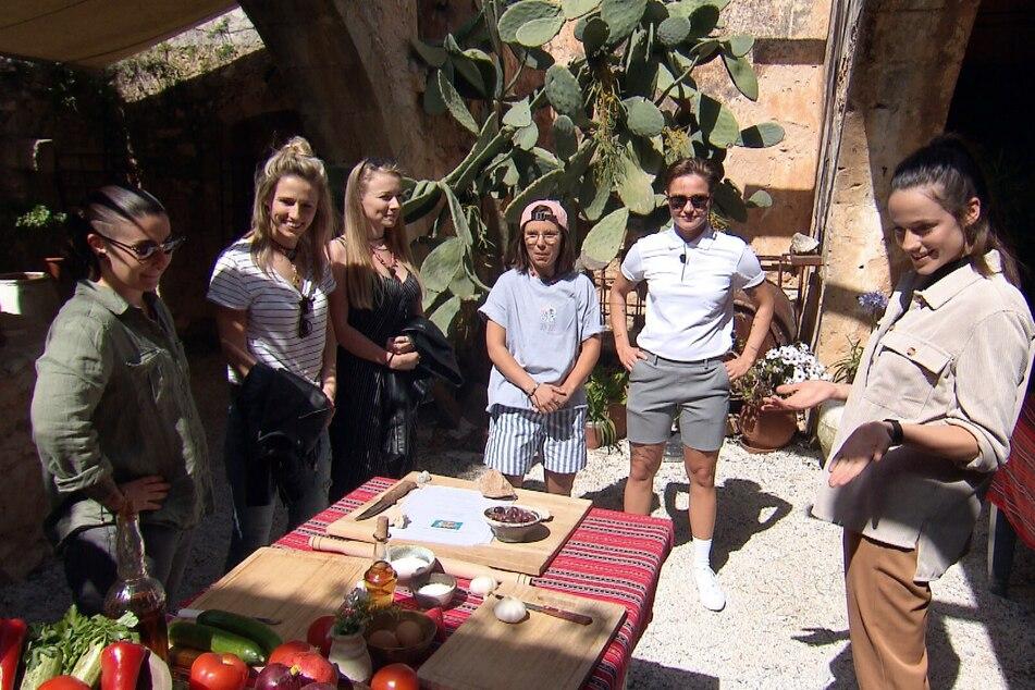 V.l.n.r.: Britta (26), Anja (30), Sarina (27), Miri (28) und Elsa (22) erhalten die Chance, Irina (30) im ersten Gruppendate von sich zu überzeugen.