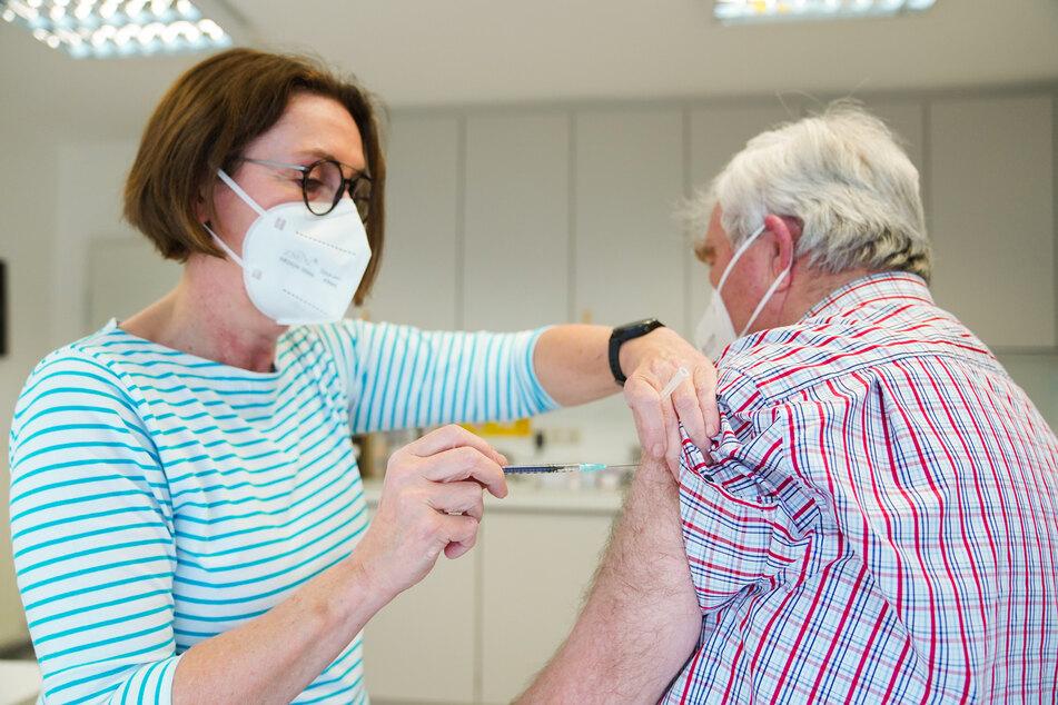 Eine Hausärztin aus Bayern verabreicht einem Patienten die erste Impfung gegen Covid-19.