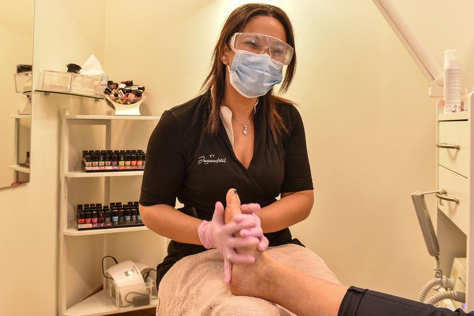 """Im Studio """"Jugendstil"""" darf Mitarbeiterin Claudia wieder kosmetische Fußpflege anbieten."""