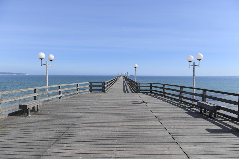 Nahezu menschenleer ist die Seebrücke des bei Touristen eigentlich so beliebten Ostseebad Binz auf der Insel Rügen am 11. April.