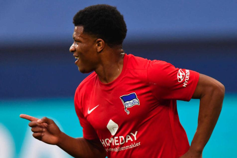 Jessic Ngankam (20) bejubelt seinen 2:1-Siegtreffer gegen Schalke 04 am 31. Spieltag der vergangenen Bundesliga-Saison. Für die kommende Spielzeit wird das Hertha-Eigengewächs an Aufsteiger Fürth verliehen.