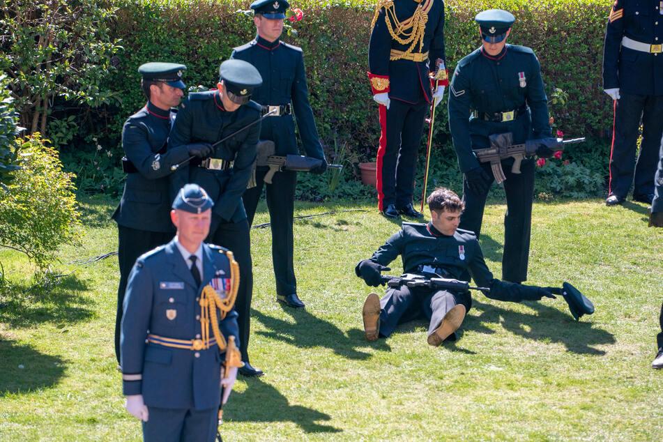 Ein zweiter Soldat musste von seinem Nebenmann gestützt werden, damit er nicht ebenfalls in Ohnmacht fiel.