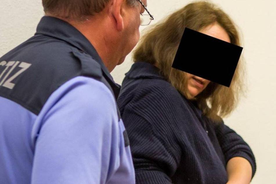 Messerattacke! Frau sticht Offizier nieder