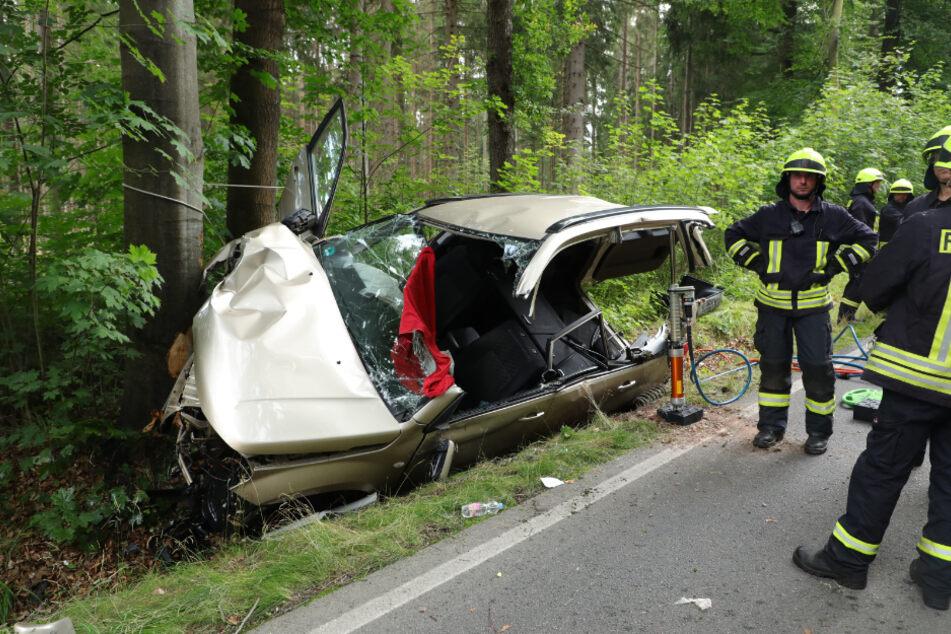 Der schwer verletzte Suzuki-Fahrer konnte durch die Feuerwehr aus dem Auto befreit werden.
