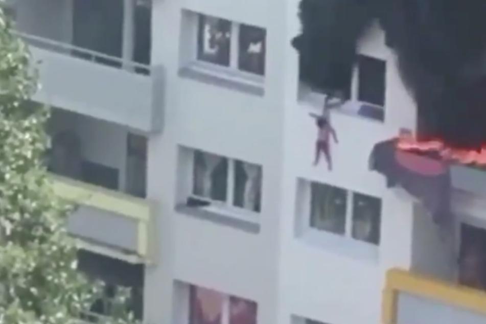 Unglaublich! Videoaufnahmen zeigen, wie die Kinder aus dem Fenster springen.