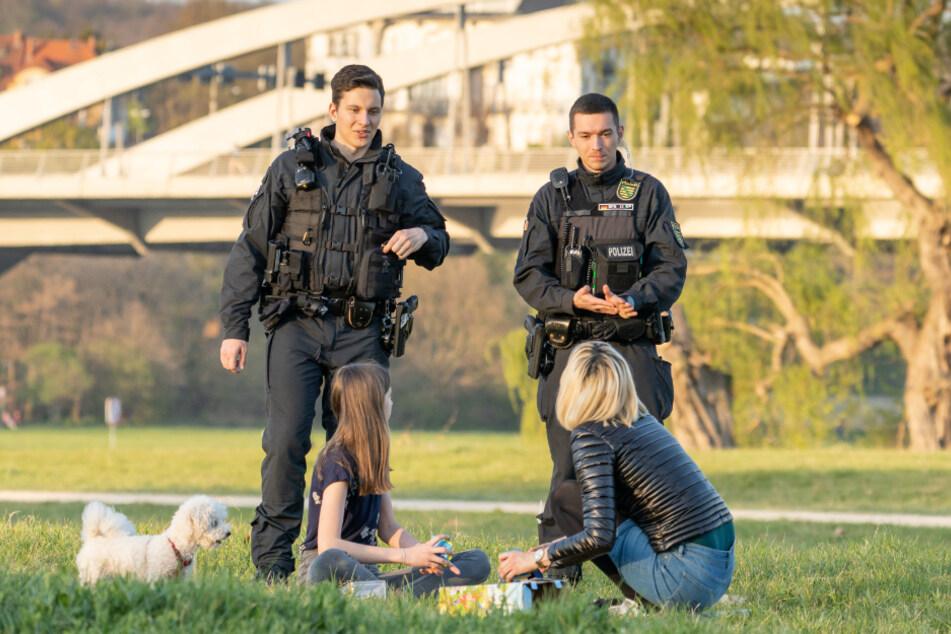 Wie hier am Wochenende an den Elbwiesen in Dresden kontrollierten Sachsens Polizisten bis zuletzt die Ausgangsbeschränkungen. Ab Montag gibt es sie nicht mehr.