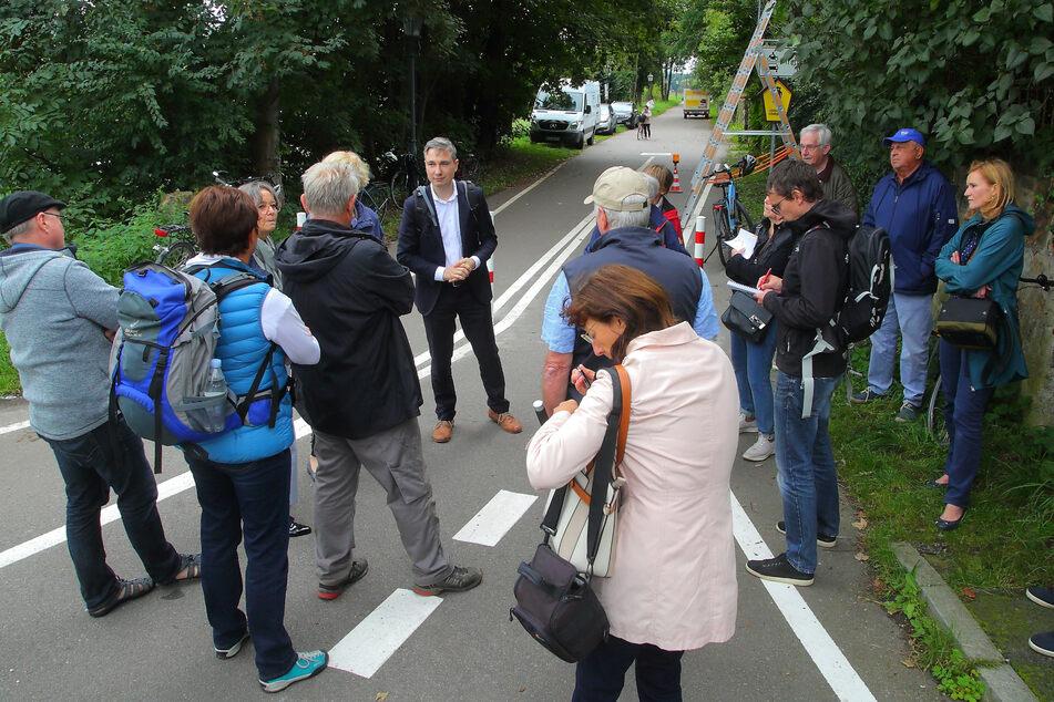 Verärgerte Anwohner diskutierten etwa eine Stunde mit Bürgermeister Kühn (M.).