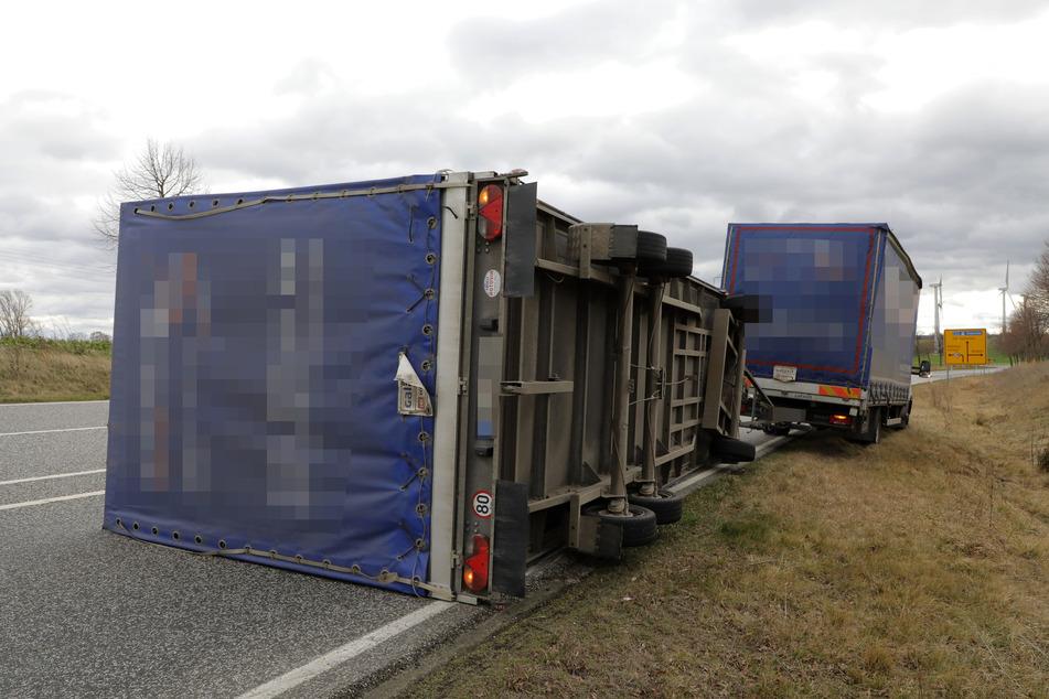 Sturm erfasst Lkw-Anhänger und wirft ihn auf Bundesstraße
