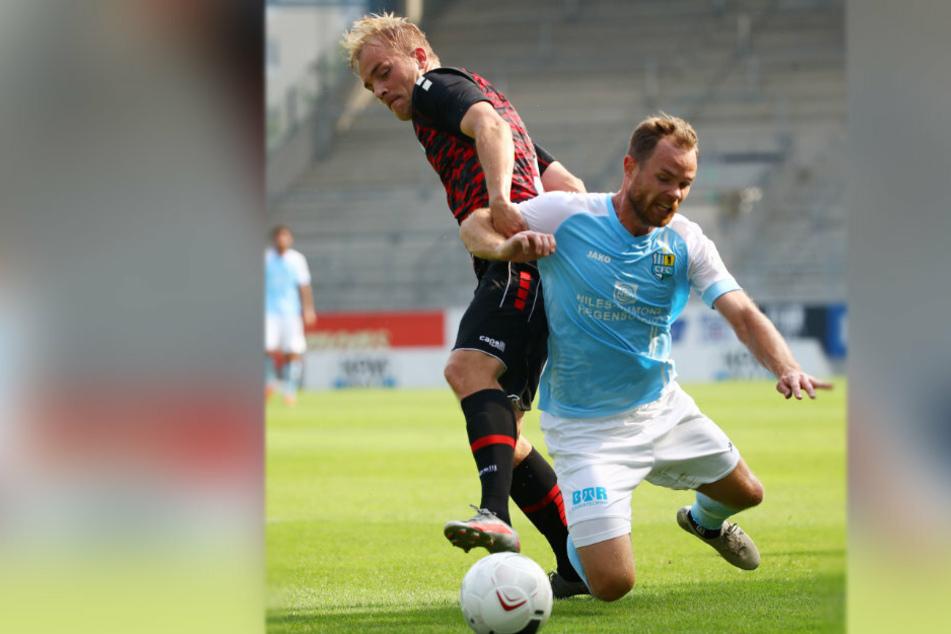 Tobias Müller (r.) erlebte mit seinen Himmelblauen gegen Viktoria Berlin eine harte Landung.