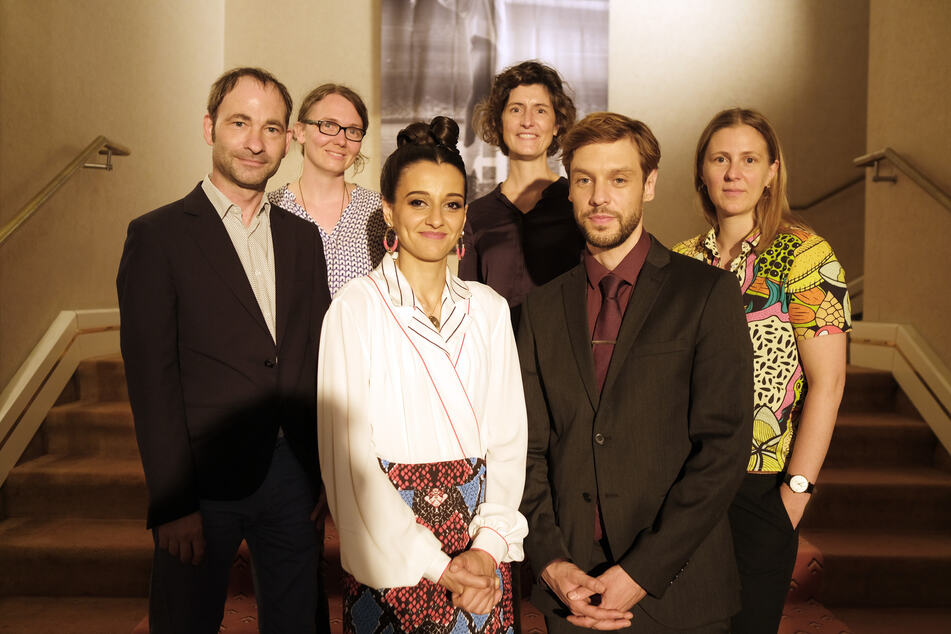 "Thomas Král (Produzent departures Film, v.l.n.r.), Gisela Wehrl (Drehbuch-Autorin), Kenda Hmeidan (Naadirah), Meike Götz (MDR-Redakteurin), Christoph Humnig (Daniel) und Josephine Frydetzki (Regisseurin und Drehbuch-Autorin) arbeiten gemeinsam am Film ""Prinzessin""."