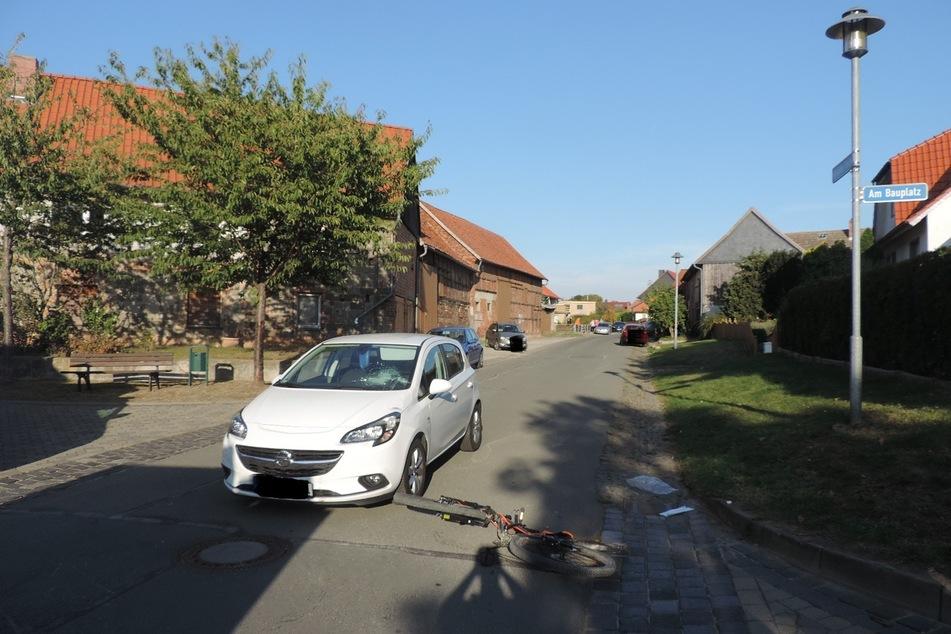 Das Kind wollte mit seinem Fahrrad rechts abbiegen, doch die 53-Jährige fuhr mit ihrem Opel zu weit in der Mitte.