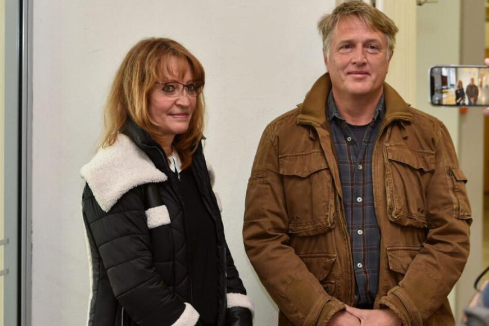 Steffen W. (55, r.) mit seiner Frau Ramona (59, l.). Das Ehepaar erfuhr erst nach dem Verkauf, dass ihre Hecke viel zu weit ins Nachbargrundstück ragt.