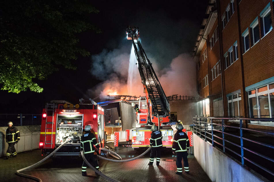 Feuerwehrleute löschen den Brand in dem Geschäft für Tierfutter.