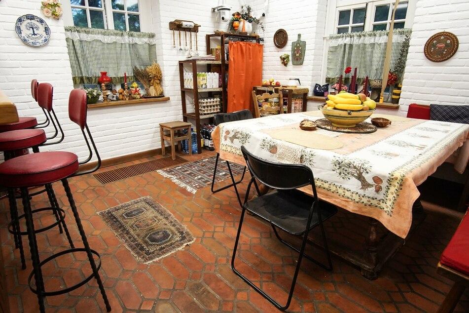 Im Esszimmer erwarten die Kandidaten Klappstühle und eine liebevoll ausgewählte Blümchen-Tischdecke.