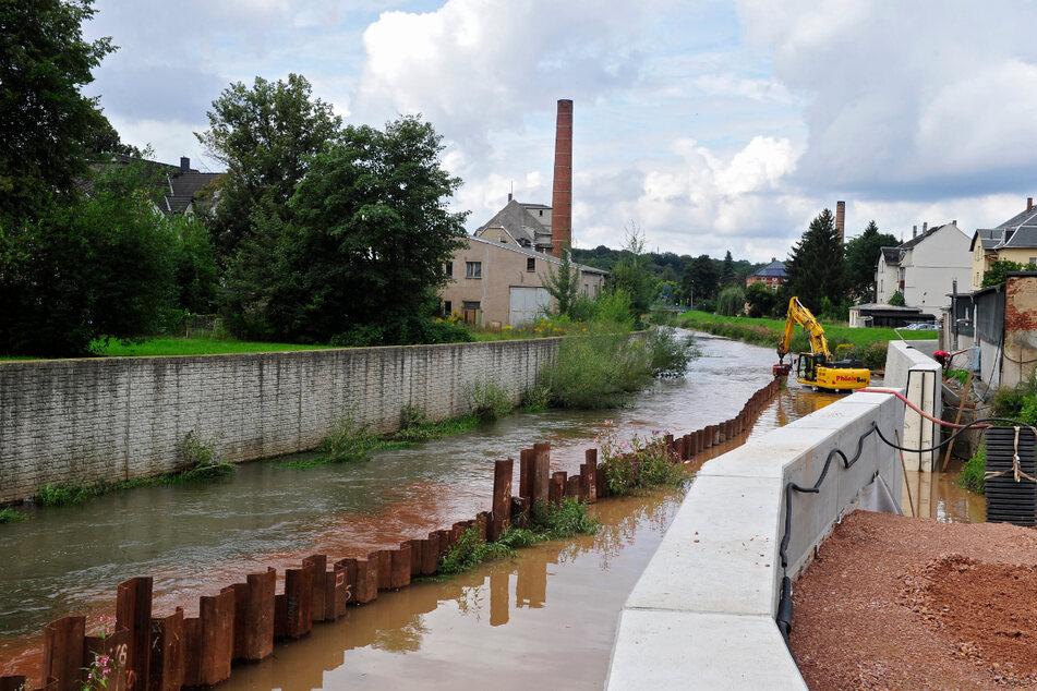 Der Bau des Hochwasserschutzes an der Chemnitz (Harthauer- und Schulstraße) blockiert die Brücke bis Ende November.