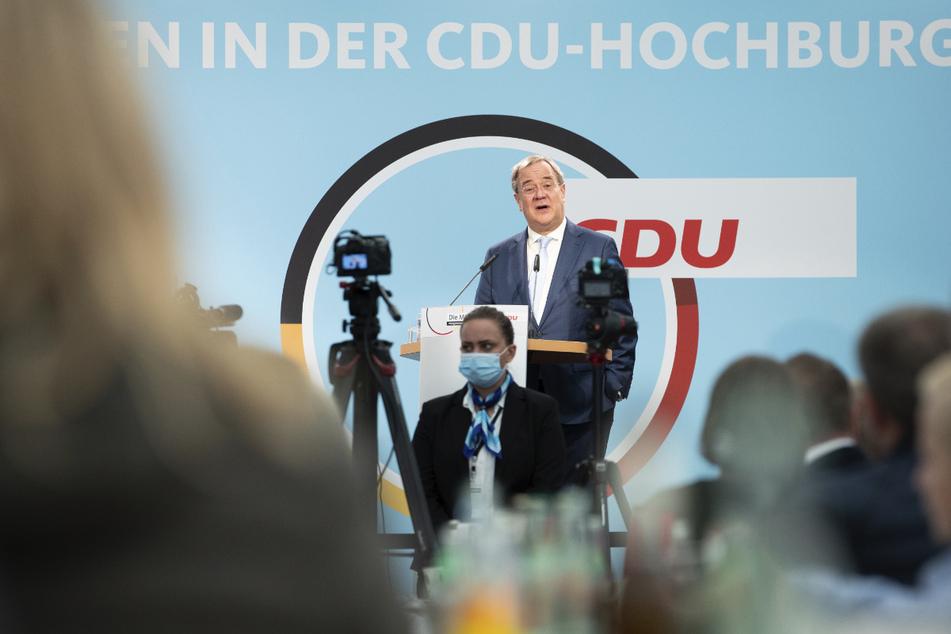 Armin Laschet (60, CDU) wich nach dem Vorfall von seinem Manuskript ab und traf damit den Nerv der Zuhörer.