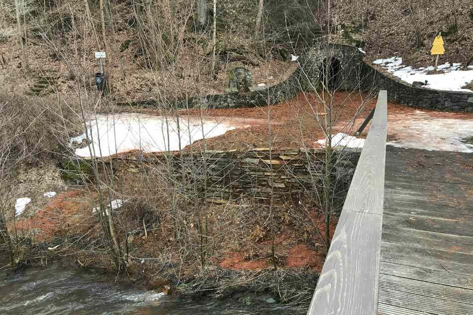 Der Bergwerkschacht Alexisbad grenzt direkt an den Fluss Selke an.