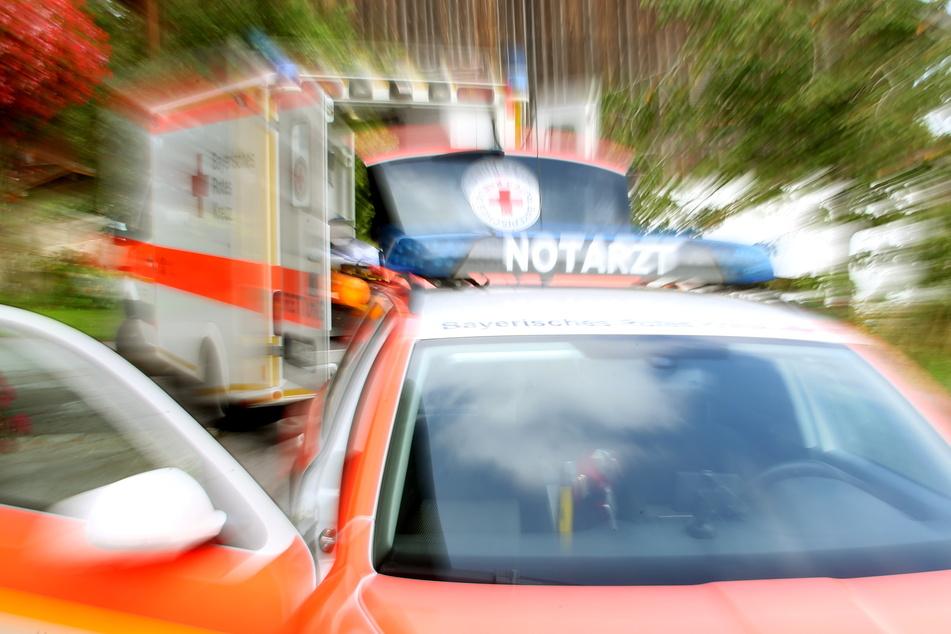 Auto knallt mit Dach gegen Baum: Fahrer (19) tot geborgen
