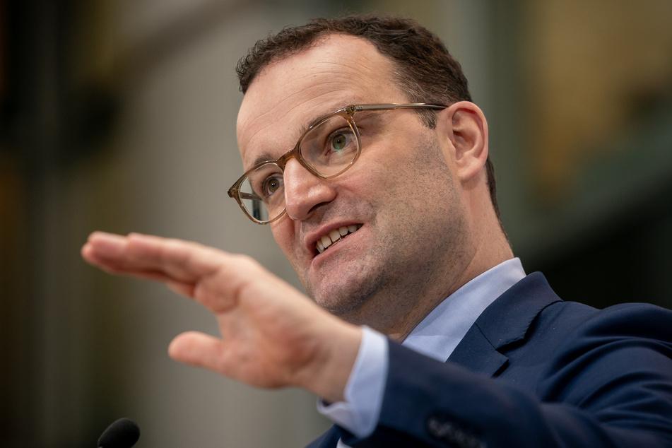 Bundesgesundheitsminister Jens Spahn freut sich über die Neuigkeiten zum Corona-Impfstoff des Pharmaunternehmens Biontech.