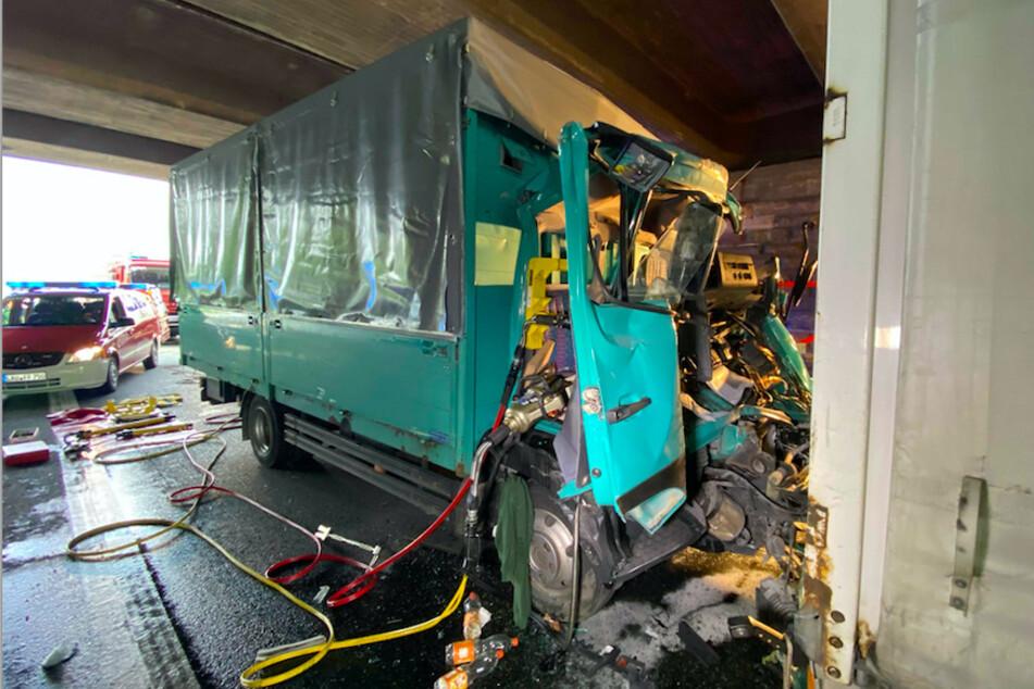 Der Fahrer und seine Beifahrerin mussten mit einem Spezialwerkzeug befreit werden.
