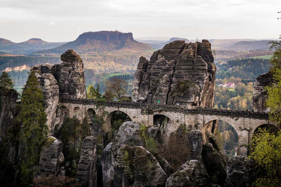 Die Basteibrücke im Elbsandsteingebirge kann nicht nur aus der Ferne bewundert, sondern auch bewandert werden.