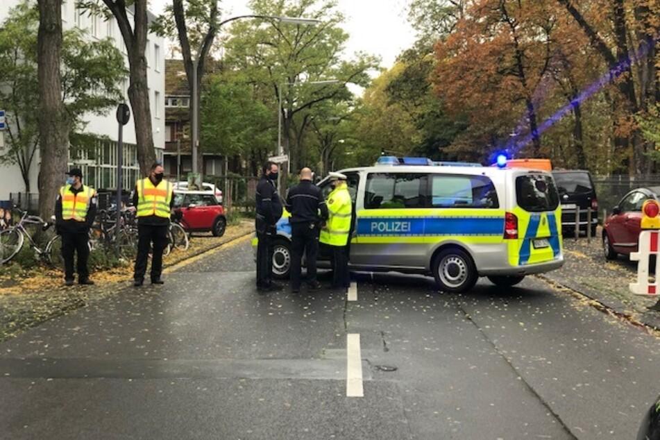 Die Polizei sperrt den Evakuierungsbereich ab.