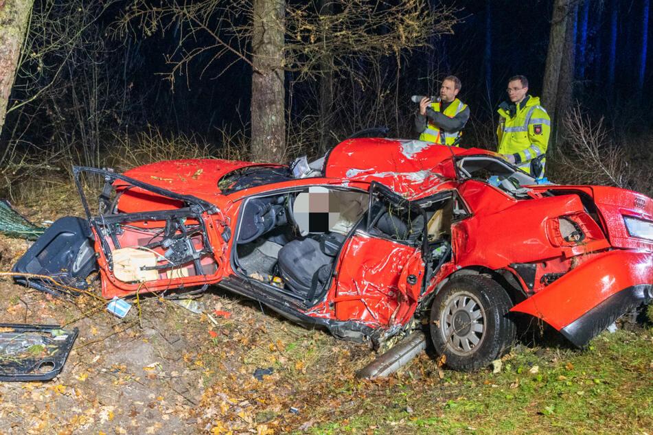 Tragischer Unfall: Fahrer kracht gegen mehrere Bäume und stirbt im Autowrack