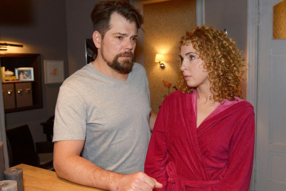 Nina (r.) und Leon haben nach einem scheinbar endlosen Liebes-Wirrwarr endlich zueinander gefunden.