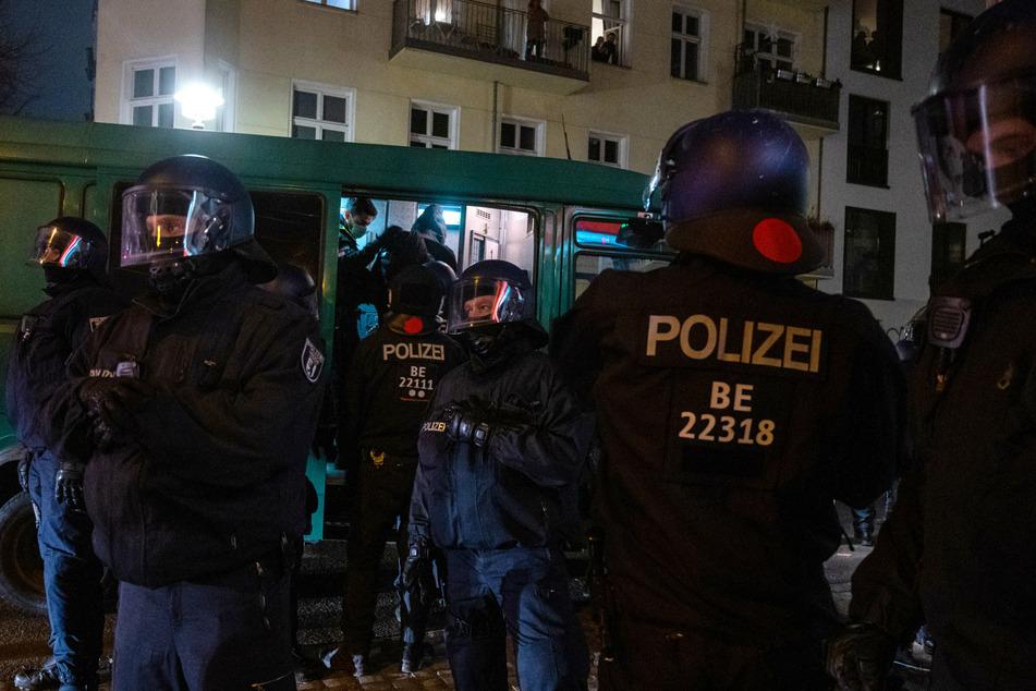 Polizisten stehen bei einem Einsatz in der Rigaer Straße und nehmen einen Mann in Gewahrsam. (Archivbild)