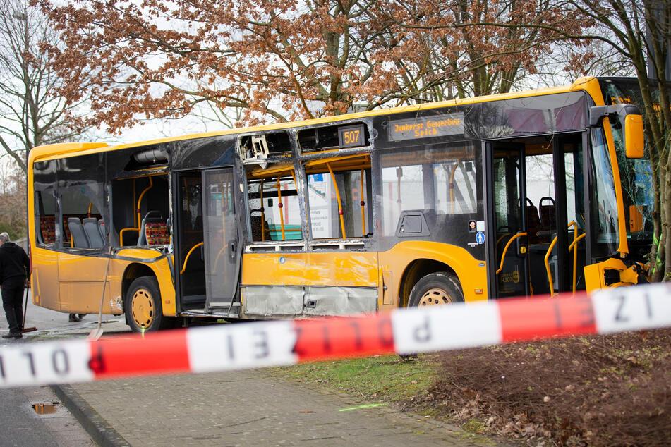 Linienbus stößt mit Lastwagen zusammen: 22 Menschen verletzt